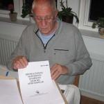 Folke visar korrekturtryck av MESNs dagbok