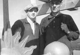 Snickare Karl Lundqvist t.h vid kyrkorestaureringen 1935, här tillsammans med Erik Gustafsson (1914 -1965). I samband med restaureringsarbetet föll Erik ned från en ställning och slutade därför med sin byggnadsarbetstid. Han blev senare operakorist.